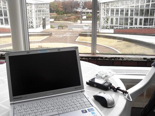 外出先でノートパソコンで作業